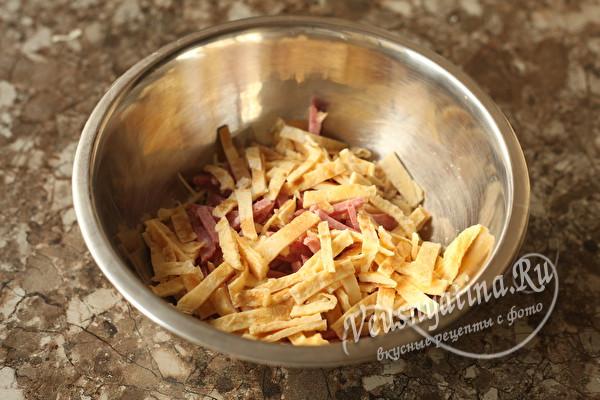 Салат с колбасой и сыром – быстрее некуда