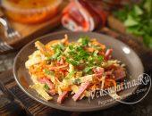 Салат с колбасой, сыром, морковью