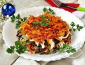 Слоеный салат с печенью, солеными огурцами и обжаренной морковью