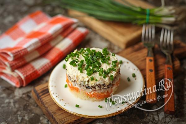 Слоеный салат со шпротами и солеными огурцами