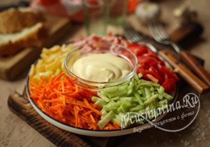 Салат с корейской морковью, ветчиной, огурцом, перцем, помидорами