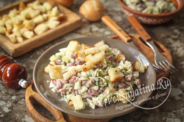 Салат с фасолью, яйцом, кусочками батона