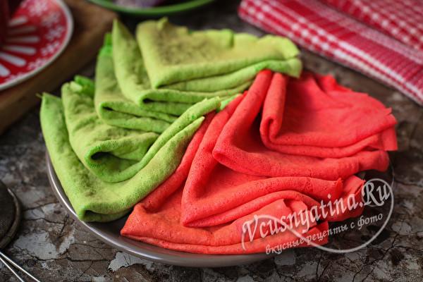 Красные и зеленые блины на натуральных красителях