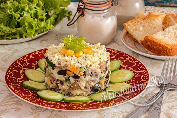 Салат с курицей, грибами, кукурузой