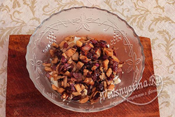 Салат с курицей, грибами и кукурузой