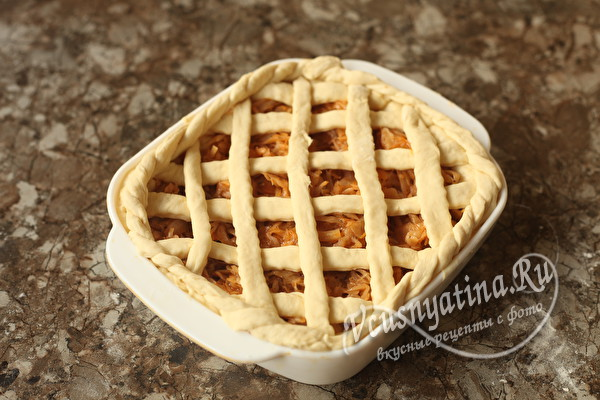 Постный пирог с капустой из дрожжевого теста в духовке