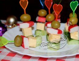 Миниатюра к статье Канапе с сыром и крабовыми палочками на шпажках