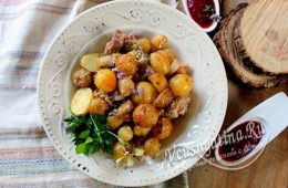 Молодой картофель с мясом в рукаве в духовке