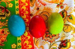 Яйца, крашеные пищевыми красителями