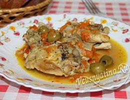 тушеная курица с оливками