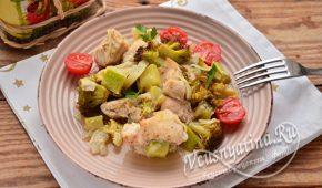 Миниатюра к статье Запеченная курица с овощами в духовке