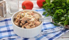 Миниатюра к статье Курица с грибами в сметанном соусе на сковороде