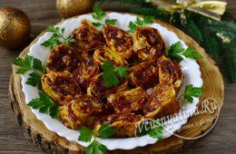 Нарезанные рулеты из лаваша с начинкой из сыра и колбасы