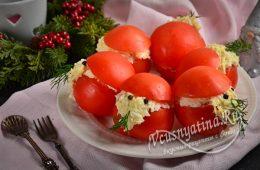 Помидоры, фаршированные сырно-чесночной начинкой в виде Деда Мороза