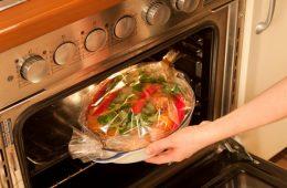 Миниатюра к статье Как правильно пользоваться рукавом для запекания и что в нем приготовить вкусного
