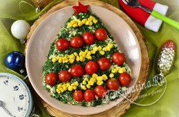 Салат, оформленный в виде елки с помощью помидоров черри, кукурузы, укропа