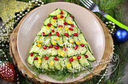 Салат с огурцами, оформленный в виде новогодней елки