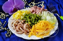 Салат из кальмаров, вареной колбасы, зеленого горошка, сыра, яйца