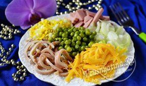 Миниатюра к статье Салат из кальмаров, вареной колбасы и зеленого горошка – очень вкусно