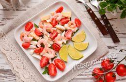 Салат с креветками и руколой и помидорами черри