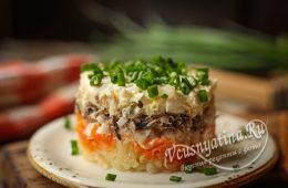 Слоеный салат со шпротами, картошкой, морковью и солеными огурцами