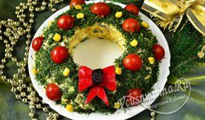 Миниатюра к статье Салат «Рождественский венок» с курицей и грибами