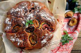 Простой пирог со сливами на кефире