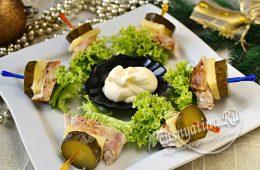 Канапе с курицей, сыром, огурцом на шпажке