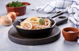 Миниатюра к статье Жареные кальмары с луком – 6 очень вкусных рецептов приготовления