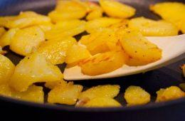 Жарим картошку, чтобы не прилипла